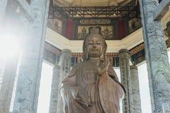 Achteckiger Pavillon über dem 99 Fuß 30 Meter hohe Bronze-Guanyin-Statue bei Kek Lok Si Temple bei George Town Panang, Malaysia Lizenzfreies Stockbild