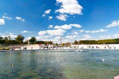 Achteckiger Swimmingpool am Eingang des Gartens des Tuileries, im Hintergrund der Obelisk von Louxor Lizenzfreies Stockfoto