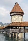 Achteckiger Turm hinter Kapellen-Brücke Stockfotografie