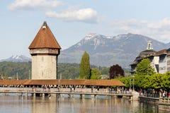 Achteckiger Turm nahe bei Kapellen-Brücke Stockfoto