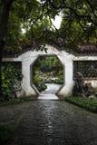 Achteckiges Tor im Garten der chinesischen Art Lizenzfreies Stockfoto