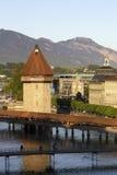 Achteckiges Wasserturm hinter Kapellen-Brücke Lizenzfreie Stockfotos