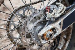 Achter de fietswiel van de sportmotocross met rem royalty-vrije stock afbeeldingen