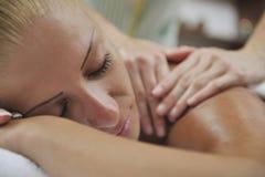 Achter de massagebehandeling van de vrouw royalty-vrije stock foto's