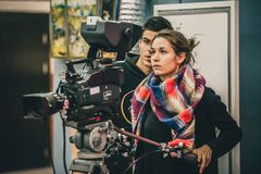 Achter de Scène Cameraman en medewerker die film met nok schieten royalty-vrije stock fotografie