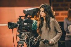 Achter de Scène De vrouwelijke cameraman die filmscène schieten met kwam stock foto