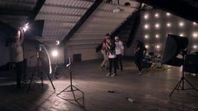 Achter de scènes Popgroep die een muziekvideo in studio schieten stock footage