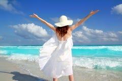 Achter de vrouwenwind die van het strand witte kleding schudt Stock Foto's