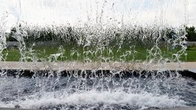 Achter een mens gemaakt tot waterval in stopaction Royalty-vrije Stock Fotografie