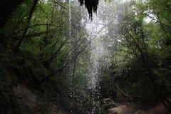 Achter een waterval royalty-vrije stock afbeeldingen