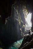 Achter een waterval stock foto