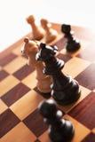 Achter en wit de koninginnengezicht van het schaak elkaar stock fotografie