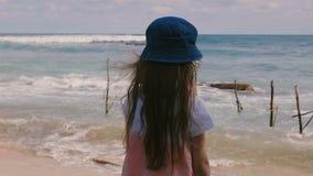 Achter gelukkige mening weinig 6-8 éénjarigenmeisje die met lang haar in hoed op mooi ontspannend landschap letten bij exotisch o stock video