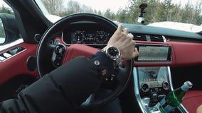 Achter het wiel van uw favoriet Range Rover, mening van de salon stock afbeeldingen