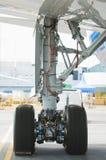 Achter landingsgestel van wide-body vliegtuig Royalty-vrije Stock Foto