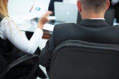 Achter mening commercieel team die met financi?le gegevens werken Sluit omhoog stock foto