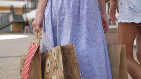 Achter mening Laag schot van vrouwelijke benen die op straat in kleurrijke kledingstukken lopen 4k langzame motie stock footage