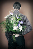 Achter mening van de mens met bloemen Stock Afbeeldingen