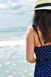 Achter mening van een sexy brunette op het strand Stock Fotografie
