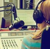 Achter mening van het vrouwelijke DJ werken Stock Foto