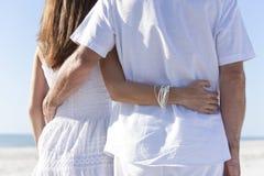 Achter Mening van Paar op een Leeg Tropisch Strand Stock Afbeeldingen