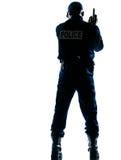 Achter mening van politieagent met pistool Royalty-vrije Stock Afbeeldingen