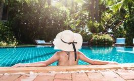Achter mooie van de vrouwenwijfje en hoed luxe in bikini royalty-vrije stock foto