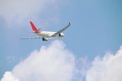 Achter van commercieel vliegtuig op wolk Royalty-vrije Stock Afbeelding