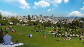 Achter Vestigende Geschotene Mensen die van Opdracht Dolores Park in San Francisco genieten stock video