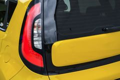 Achterachterlichtmening van gebruikte auto in gele kleur na het schoonmaken v??r inday verkoop stock foto's