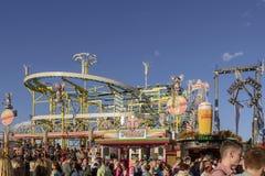 Achterbahn bei Oktoberfest, Stuttgart Stockfotografie