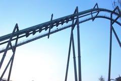 Achterbahn-Fahrt u. x28; gegen blaues sky& x29; Stockfoto
