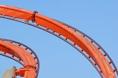 Achterbahn gegen blauen Himmel am Abend Lizenzfreie Stockfotos