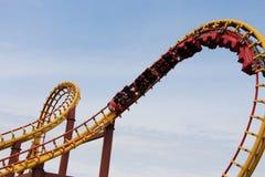 Achterbahn Goudrix-Abschluss oben in der Schleife am Park Asterix, Ile de France, Frankreich Stockfotografie