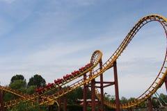 Achterbahn Goudrix, das eine Schleife am Park Asterix, Ile de France, Frankreich anstrebt Stockfoto