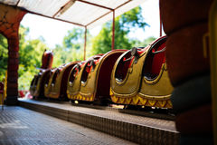 Achterbahn im lustigen Vergnügungspark Stockbild