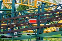 Achterbahn im Park mit Zeichen Stockbild