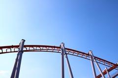 Achterbahn mit blauem Himmel Stockbilder