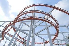 Achterbahn mit Hintergrund des blauen Himmels Lizenzfreie Stockfotos
