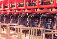 Achterbahn mit leerer Sitzparken innerhalb der Station im Vergnügungspark Lizenzfreies Stockbild