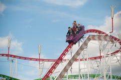 Achterbahn mit schreienden Leuten in der Anziehungskraft parken in Mulhouse Lizenzfreies Stockfoto