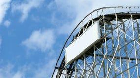 Achterbahn und blauer Himmel Lizenzfreies Stockfoto