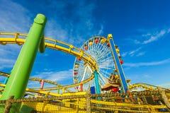 Achterbahn und Ferris Wheel am pazifischen Park auf dem Pier Lizenzfreie Stockfotografie