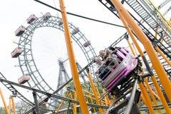 Achterbahn und großes Riesenrad Prater Wien Stockbild