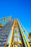 Achterbahnanfangsrampe mit klarem Himmel Stockfotografie
