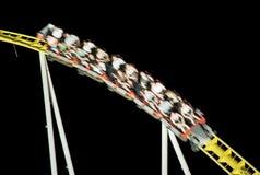 Achterbahnfahrt in der Nacht, Freizeittätigkeiten Lizenzfreie Stockfotos