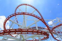 Achterbahnschiene im blauen Himmel Lizenzfreies Stockfoto