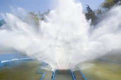 Achterbahnspritzwasser mit blauem Himmel Lizenzfreie Stockfotos