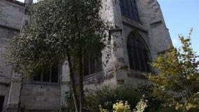 Achterbuitenkant van kerk in Lisieux, Normandië Frankrijk, SCHUINE STAND stock footage