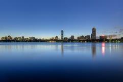 Achterdie de baaihorizon van Boston bij dageraad wordt gezien Stock Afbeeldingen